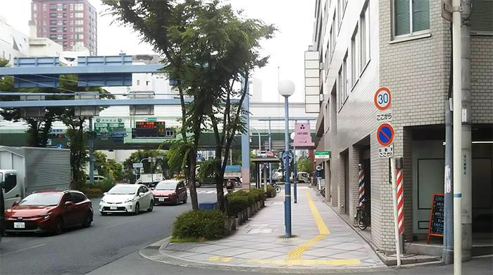 国道一号線沿いに進んで、阪神高速の高架道路の下をくぐって、そのまま進みます。|アクセス 畑山和幸法律事務所