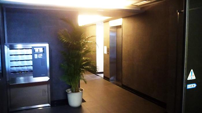 ビルの正面が入口です。入口の奥の右手にエレベーターがありますので、「8階」にお上がりください。|アクセス 畑山和幸法律事務所